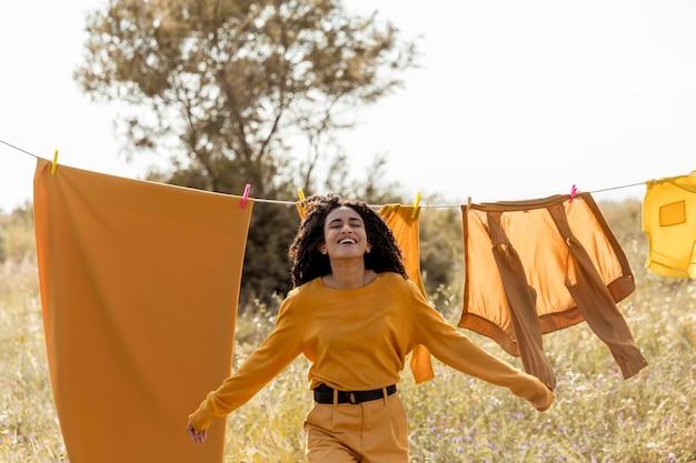 Kobieta w naturze z clothesline