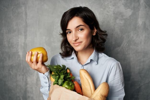 Kobieta w niebieskie koszule pakiet ze zdrowymi produktami spożywczymi. zdjęcie wysokiej jakości