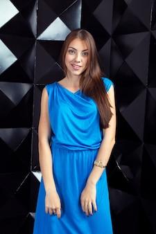 Kobieta w niebieskiej eleganckiej sukience