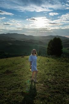 Kobieta w niebieskiej sukience w górach ałtaj