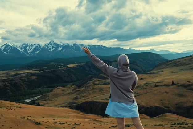 Kobieta w niebieskiej sukience w letnich górach ałtaj