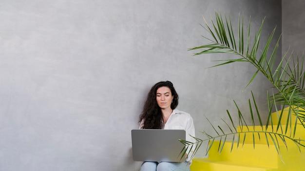Kobieta w nowoczesnym pokoju z roślinami