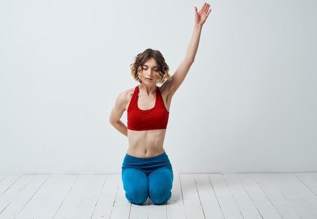 Kobieta w odzieży sportowej na lekkie gesty z rękami asana jogi