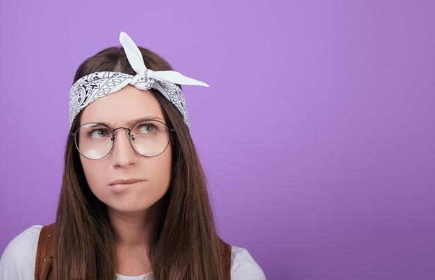Kobieta w okrągłych okularach zagryzła wargę i odwróciła wzrok.