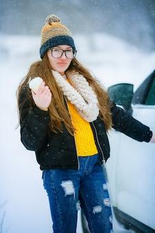Kobieta w okresie zimowym dobrze się bawi i cieszy się życiem w zaśnieżonej plenerze