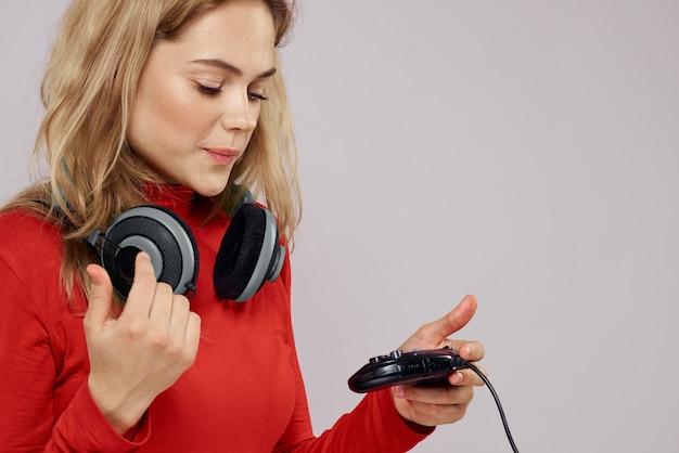 Kobieta w okularach 3d gra w grę komputerową na konsolach z joystickami w słuchawkach