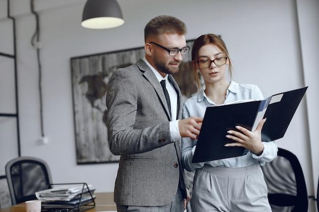 Kobieta w okularach biznesmen z dokumentami koledzy pracują razem