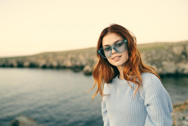 Kobieta w okularach na zewnątrz krajobraz wyspa podróż