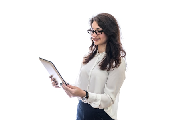 Kobieta w okularach pracy z tabletem na białym tle