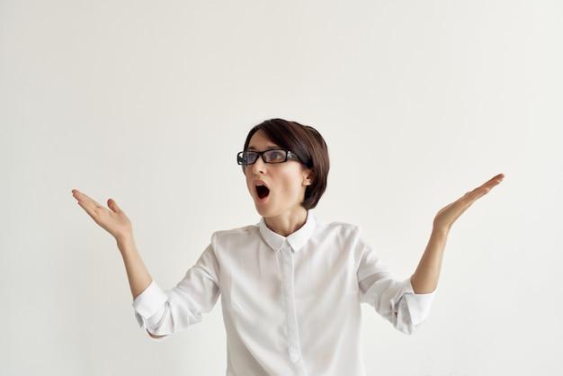 Kobieta w okularach profesjonalne światło w tle