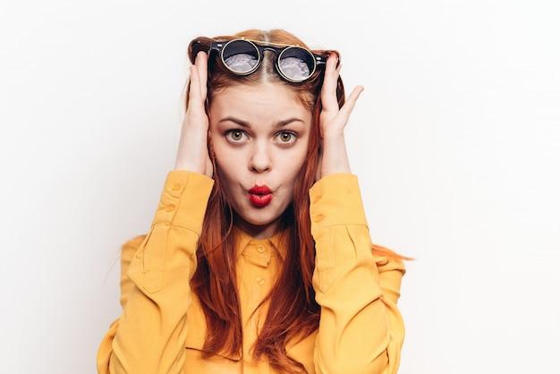 Kobieta w okularach przeciwsłonecznych, radość i niespodzianka