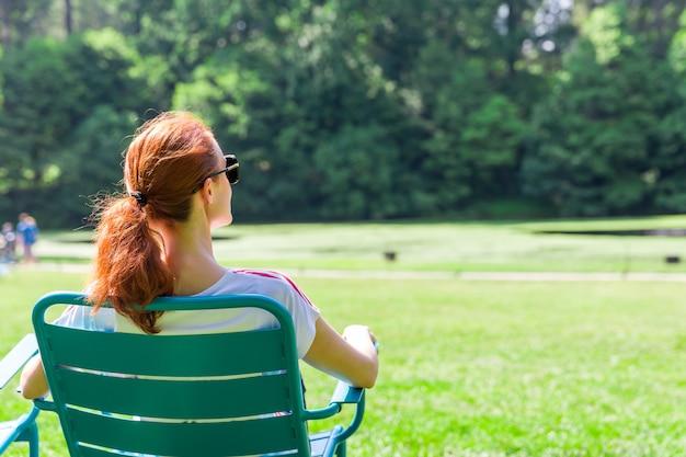 Kobieta w okularach relaks na greenfield.