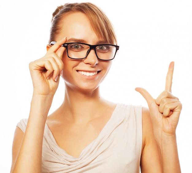 Kobieta w okularach skierowana w górę