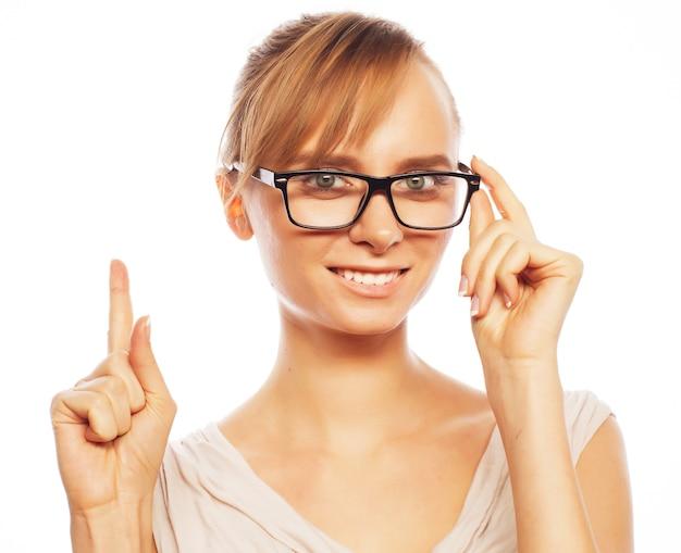 Kobieta w okularach skierowaną w górę