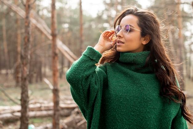 Kobieta w okularach w lesie