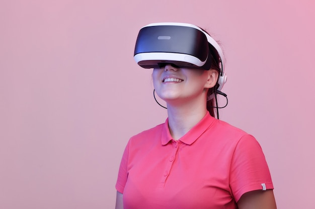 Kobieta w okularach wirtualnej rzeczywistości