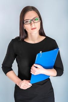 Kobieta w okularach z folderu