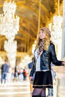 Kobieta w pałacu wersalskim we francji