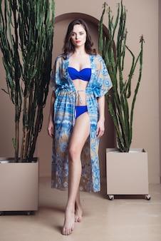 Kobieta w pareo odzież plażowa piękna czuła kobieta pozuje