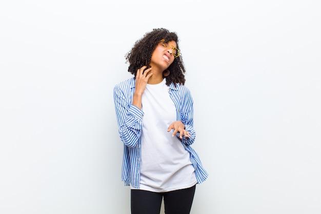 Kobieta w pasiastej koszuli i wyrazista zestresowana twarz