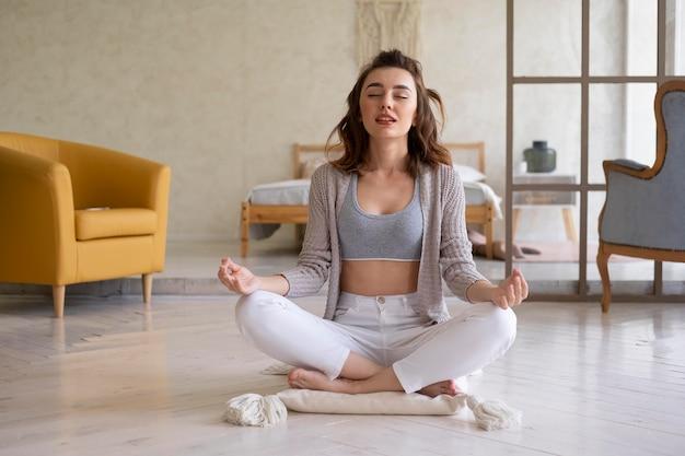 Kobieta w pełnym ujęciu medytuje