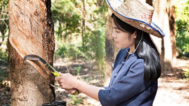 Kobieta w plantacji kauczuku