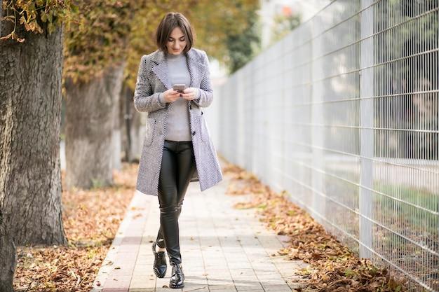 Kobieta w płaszcz z telefonu