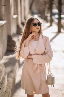 Kobieta w płaszczu spaceru na ulicy