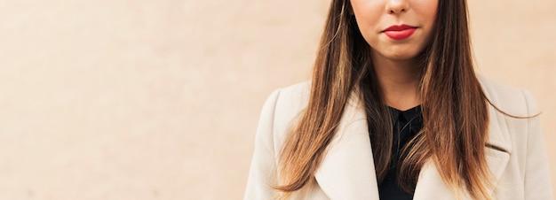 Kobieta w płaszczu z miejsca na kopię