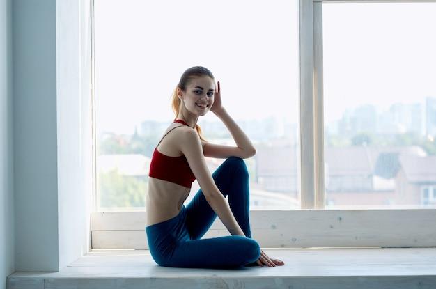 Kobieta w pobliżu okna joga medytacja aktywny odpoczynek