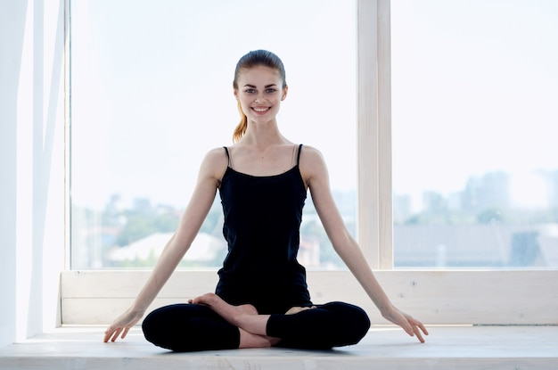 Kobieta w pobliżu okna joga medytacja relaks