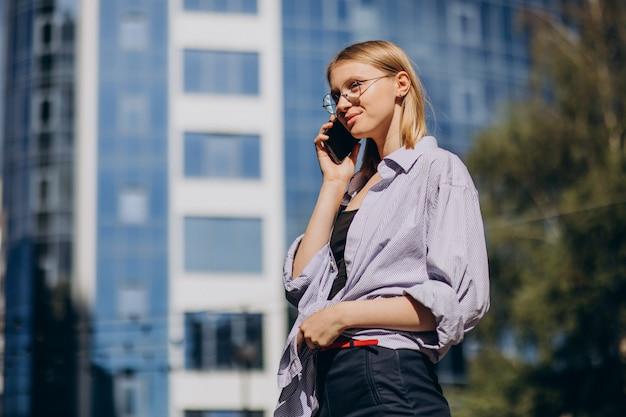 Kobieta w podróży i korzystająca z telefonu
