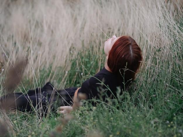 Kobieta w polu leży na trawie wolność wolny styl życia