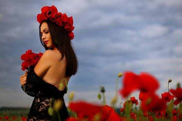 Kobieta w polu maku w sukience