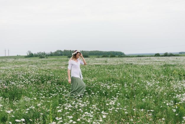 Kobieta w polu rumianków