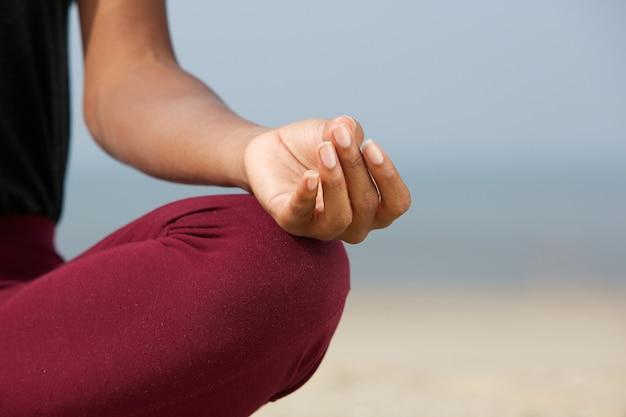 Kobieta w pozycji lotosu na plaży