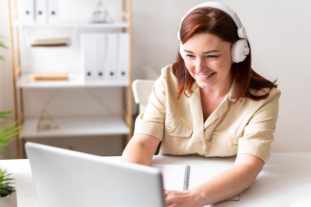 Kobieta w pracy o połączenie wideo na laptopie