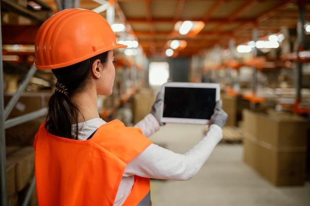 Kobieta w pracy sprzętu bezpieczeństwa