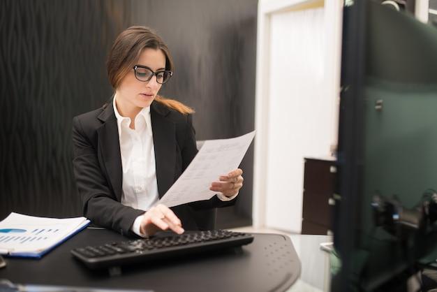 Kobieta w pracy w swoim biurze