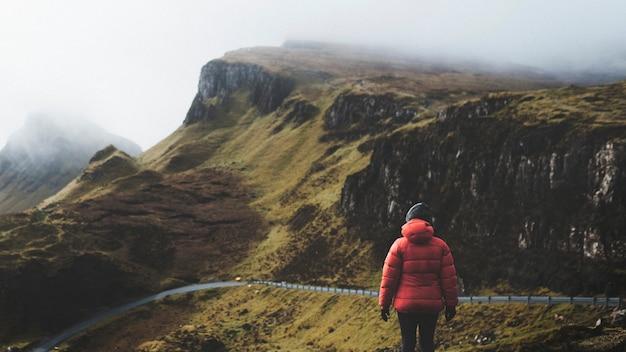 Kobieta w quiraing na wyspie skye w szkocji