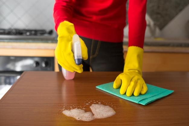 Kobieta w rękawiczkach robi cleaning