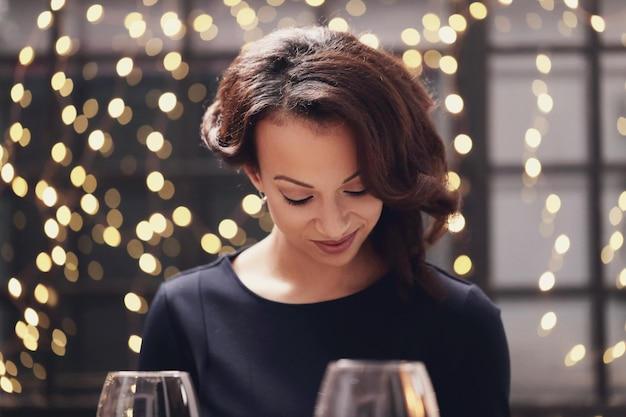 Kobieta w restauracji patrząc menu