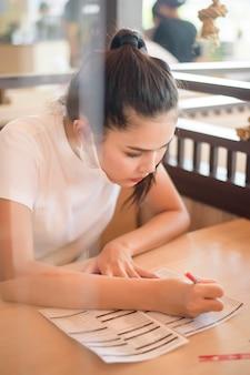 Kobieta w restauracji z protokołem dystansu społecznego