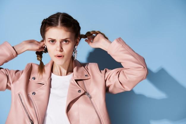 Kobieta w różowej kurtce warkocze ozdoba moda glamour nowoczesny styl