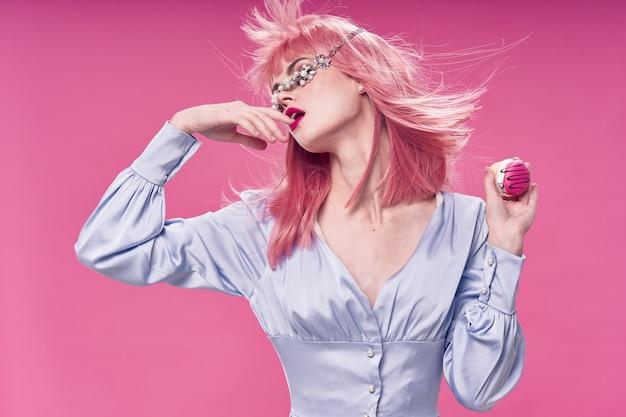 Kobieta w różowej peruce, ubrania z jedzeniem