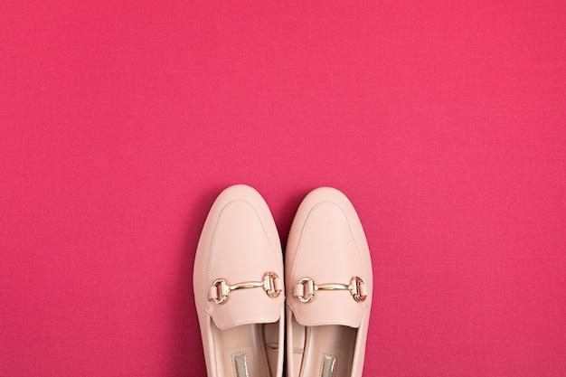Kobieta w różowych butach w miejskim stylu