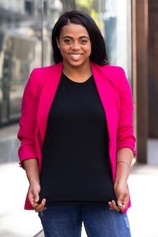 Kobieta w różowym garniturze stylowy biznes casual look plenerowa sesja zdjęciowa