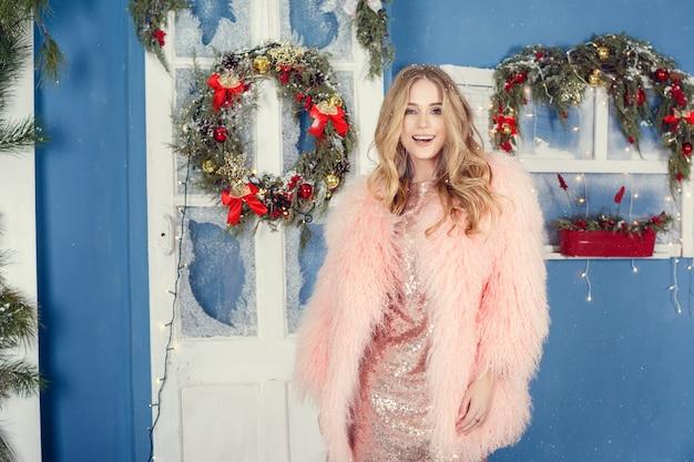 Kobieta w różowym płaszczu na boże narodzenie