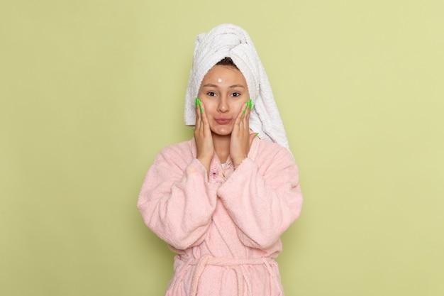 Kobieta w różowym szlafroku pozowanie