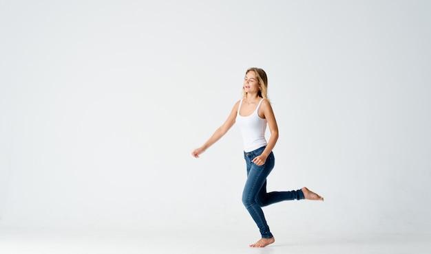 Kobieta w ruchu dżinsów taniec energia pozytywna moda